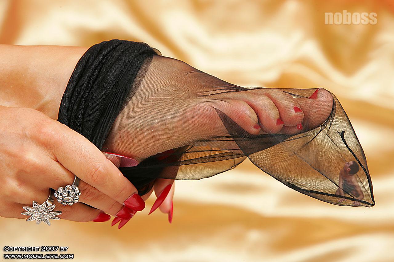 Целовать ножки девушек в чулках 11 фотография